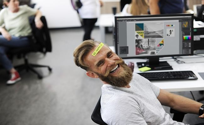 escritorio trabalhador feliz